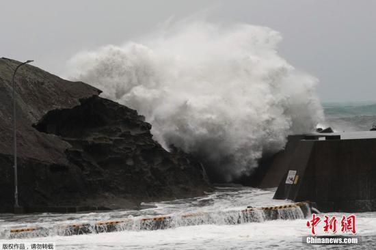 """本地工夫10月12日,强""""海贝思""""正在日本海岸掀起巨浪。日本景象厅11日召开记者会称,""""海贝思""""以每小时25千米风速背东南标的目的挪动,日本年夜范畴地域将遭受暴风骤雨,东日本恐呈现创记载的狂风战强降雨。"""