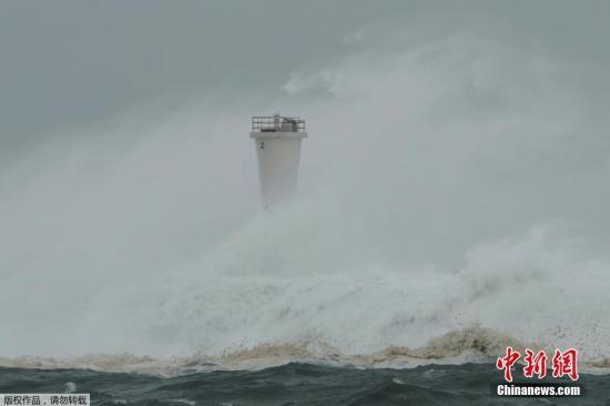 """当地时间10月12日,日本Atami台风""""海贝思""""来袭,狂风掀起巨浪拍打岸边。"""