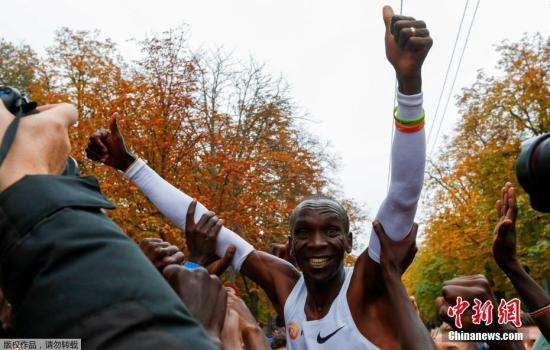 """1小时59分40秒!在挑战人类耐力极限的过程中,肯尼亚选手基普乔格再次留下了浓墨重彩的一笔!当地时间10月12日,维也纳的普拉特公园里,在接近2万名观众和工作人员呐喊中,身背奥运会冠军和世界纪录保持者两项头衔的基普乔格完成了人类历史极限的突破。尽管基普乔格在这项""""挑战159""""中的最终成绩不会得到国际田联的官方认可,但他已经证明了""""极限""""是可以被打破的,就像他所说的,""""我不知道极限在哪里,但是我会一直向着它跑下去。"""""""