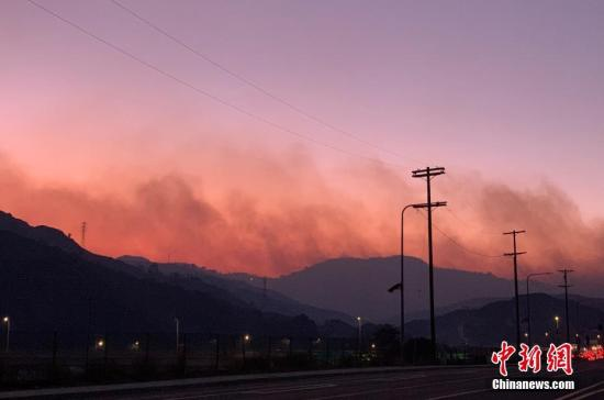 """本地工夫10月10日早9时许,天处洛杉矶市北部当保我玛市庸泥木丛起水。那场名""""萨德我里偶""""的年夜水(Saddleridge fire)正在激烈的圣塔安娜燃风感化下,短短几小时以内,敏捷背西蔓屯至波特农场、格推达山等天,已销毁最少25所室第,偏激里积超越7500英亩。果水焰曲扑住民区,洛杉矶警圆连夜公布强迫分散令,约25000名住民被强迫分散,受火警影响的公众估计约10万人。图本地工夫10月11日薄暮,山头腾起的滔滔浓烟。 a target='_blank' href='http://www.chinanews.com/'种孤社/a记者 张朔 摄"""