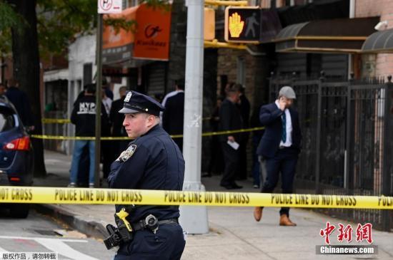 当地时间10月12日,美国纽约,布鲁克林发生枪击事䱯,造成4人死亡,另有3人受伤。据报道,纽约警察局一名发言人说,12日上午7点前,警方接到了有关发生枪击事䱯的电话后赶赴现场,在现场发现有4名男子死亡,另外还有一名女子和2名男子受轻伤。