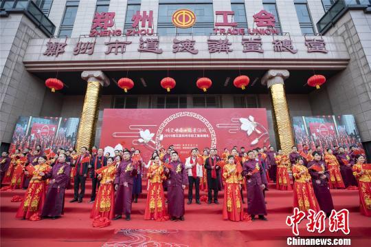 郑州41对新人举办集体婚礼倡节俭新风  王威 摄