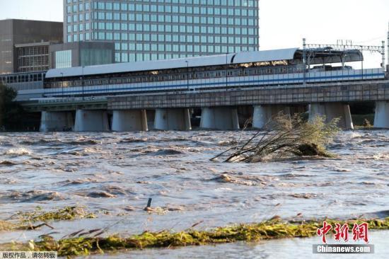 """10月13日动静,权力微弱的本年第19号""""海贝思""""12日薄暮登岸日本中部,形成年夜里积毁坏,多人得联,数十万户断电,300多万公众撤离,破记载的雨量也招致多条河川众多成灾。"""
