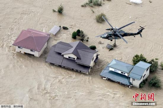 图为航拍台风登陆后,日本长野被河水淹没的居民区。