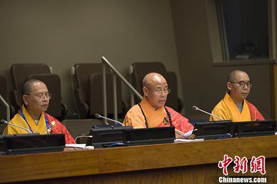 图为中国佛教协会副会长演觉法师(中)在开幕式上致辞。<a target='_blank' href='http://www.chinanews.com/'>中新社</a>记者 马德林 摄