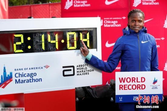 我国马拉松运动正处在发展中阶段,资料图:图为当地时间10月13日,肯尼亚长跑名将布里吉·科斯奇在芝加哥的马拉松比赛中,跑出2小时14分钟4秒的成绩,将马拉松世界纪录缩短81秒。