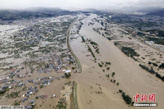 """10月13日,受""""海貝思""""影響,日本長野暴發洪水。"""