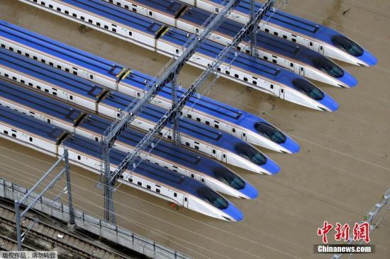 资料图:2019年10月13日,在日本长野县航拍的被洪水浸泡的新干线列车。