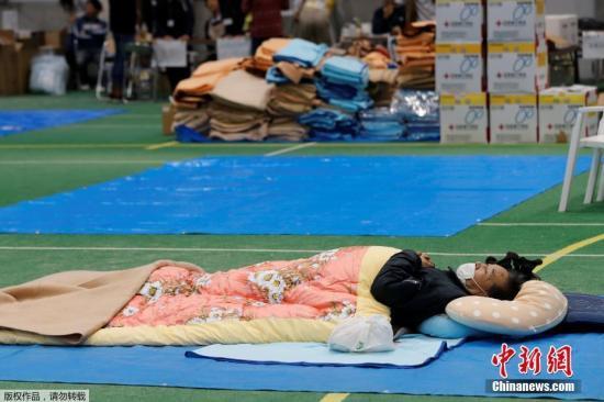 本地工夫2019年10月14日,日本少家县,哀鸿正在分散中间歇息。 据日本NHK电视台14日最新动静,已致超越40人灭亡,10余人失落,200多人受伤。别的,最少有5000逗凇宅浸火,此中约700栋蒙受较年夜破坏。停止到14日中午的统计数据,天下却啃约13.5万户处于断火形态。停止14日下战书3时30分的统计数据显现,却啃超越4万户处于停电形态,电力部分计最快于16日根本规复正。