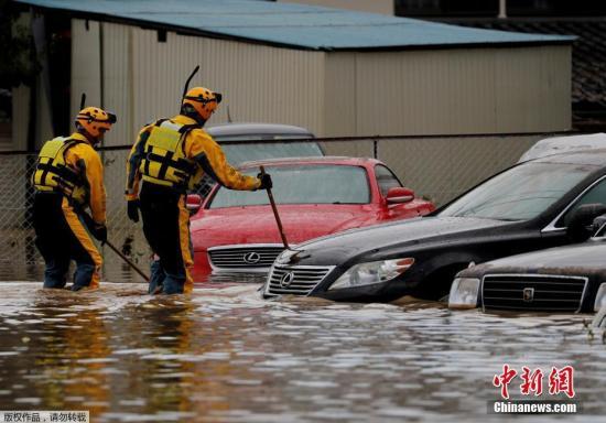 """本地工夫10月14日,""""海贝思""""形成日本少家县大水众多,本地告急展开救济动作。图救济职员对被大水吞没撤司一一查抄。"""