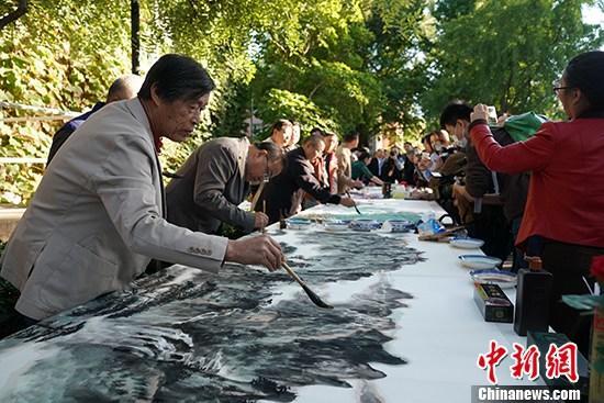 10月14日,中国国务院参事室、中央文史研究馆举行对外开放日活动,逾百位外国驻华使节、国家部委有关负责人、民主党派代表、研究机构学者、中外媒体记者受邀出席。图为书画家现场泼墨。中新社记者 苏丹 摄 中新社记者 苏丹 摄