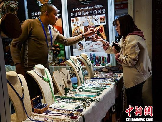 10月14日,第25届郑州全国商品交易会在郑州国际会展中心闭幕。闭幕当日,仍有众多消费者前来体验、购买商品。 /p中新社记者 王中举 摄