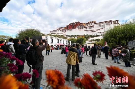 资料图:10月15日,游客前往布达拉宫参观。<a target='_blank' href='http://www.chinanews.com/'>中新社</a>记者 何蓬磊 摄