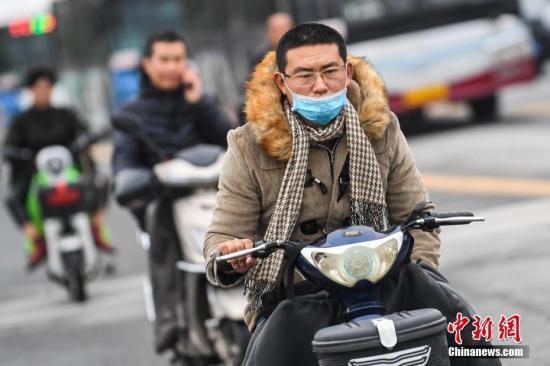 资料图:山西太原民众穿厚衣出行中新社记者 武俊杰 摄