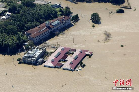 资料图:当地时间10月15日凌晨,日本放送协会(NHK)报道的数据显示,已有58人因台风丧生,另有十余人下落不明。当局调查各地堤坝后发现,面对河流决堤的县增至7个,涉及河流37条,缺口多达52处。流域大范围被淹,好几千栋住宅浸水。图为被洪水淹没的住宅。
