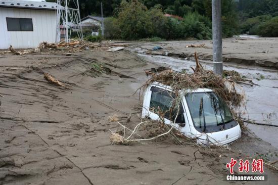 民众地上写字求水粮 台风致日本断电断水断粮
