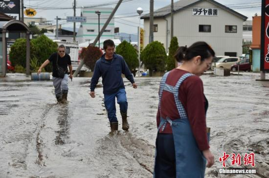 台风过境日本安倍三访灾区:坐直升机视察浸水城市