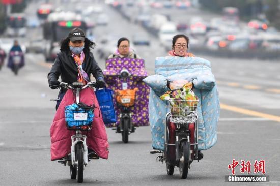 10月15日,山西太原民众穿厚衣出行。受冷空气影响,山西多地持续降温,气温达到今年入秋以来的新低值。中新社记者 武俊杰 摄