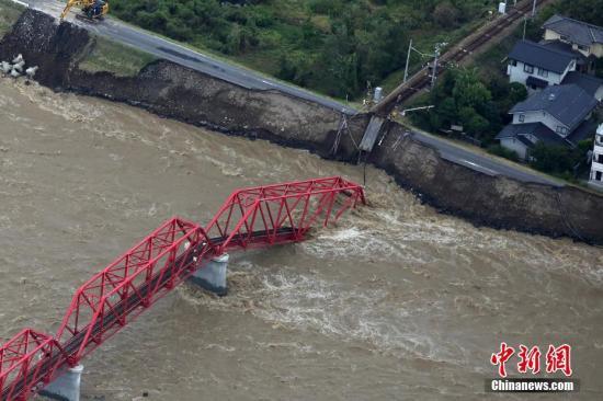 铁路交通方面,日本最大铁路公司JR东日本的损失惨重。它在长野的新干线车辆中心已遭洪水淹没,水深最大达到4.3米左右。据了解,日本东北、东海以及关东部分地区因为水灾还未消退,道路中断,无法运货,一些业者被迫继续停业。图为台风后垮塌的铁桥。