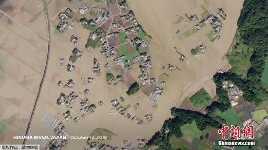 据日本国土交通省消息,截至当地时间15日19时, 7个县有52条河流、共73处河堤受损发生决堤。图为航拍日本水位高涨的河道。图为日沼徹水位高涨后,沿岸房屋被淹。