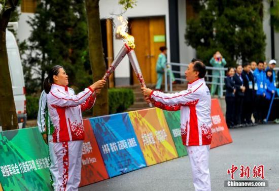 10月16日,第七屆世界軍人運動會火炬傳遞活動最后一站在武漢東湖綠道舉行。<a target='_blank' href='http://www.tom-roggert.com/'>中新社</a>記者 張暢 攝