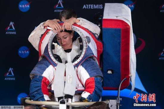 """当地时间10月15日,美国华盛顿,NASA发布了新一代宇航服""""猎户座套装""""(Orion Suit Equipped)用于执行2024年的""""Artemis""""载人登月计划。新的设计在安全性、机动性做出了革新。图为展示人员试穿宇航服。"""