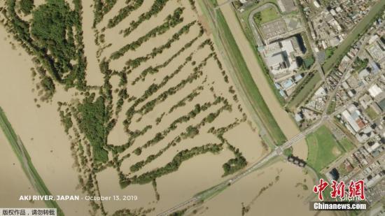 受灾地区中,东北地区和神奈川县的情况非常严重。阿武隈川福岛县及宫城县流域多处决堤。在位于福岛县须贺川市的阿武隈川上游,决堤长度达到大约50米,浑浊的河水从决口处涌出,淹没了大片地区。图为航拍日本水位高涨的河道。