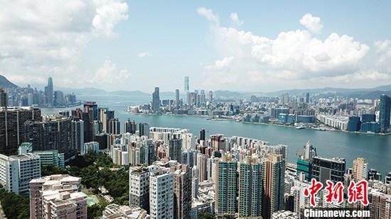10月16日,香港特区行政长官林郑月娥发表任内第三份《施政报告》,报告字数达一万二千字,包括房屋、土地供应、改善民生、经济发展五大范畴。林郑月娥希望香港社会可以放下分歧,停止攻击,以共同恪守的价值,恢复秩序,让社会重新起航。 <a target='_blank' href='http://www.chinanews.com/'>中新社</a>记者 李志华 摄