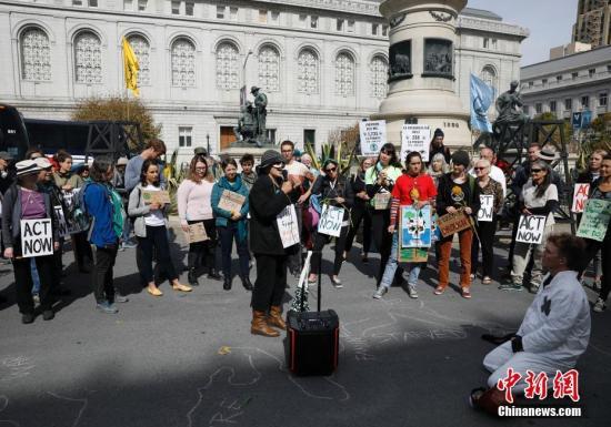 内陆时间10月16日,旧金山民众在city政厅附近举止assembly,抗议减州government在化石焚料合采战使用方面的政策,诚信在线,吸吁人们闭注气候变化,掩护地球故里。/p中新社忘者 刘闭闭 摄