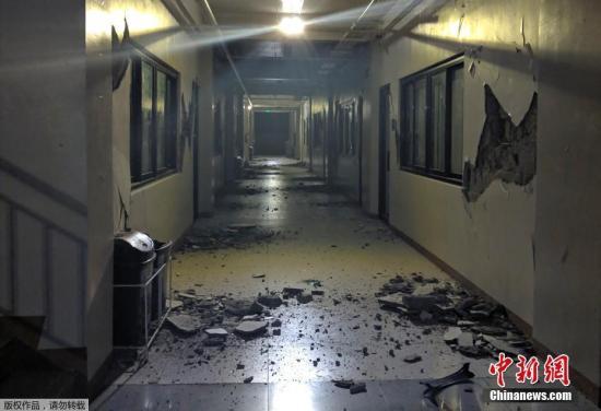 当地时间10月16日,菲律宾连续发生两起地震。据菲律宾火山与地震学研究所(Phivolcs)报告,震中位于棉兰老岛的北哥打巴托省,震源深度2公里,震级为6.3级。约半小时后,震中附近的苏丹库达拉省又发生5.5级地震。图为地震灾区的建筑物内部受损。