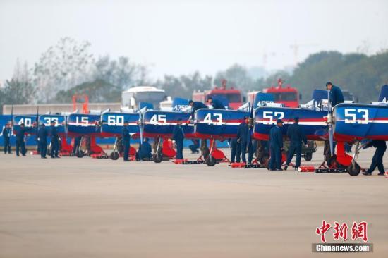 图为飞机做腾飞前查抄。 a target='_blank' href='http://www.chinanews.com/'中新社/a记者 富田 摄
