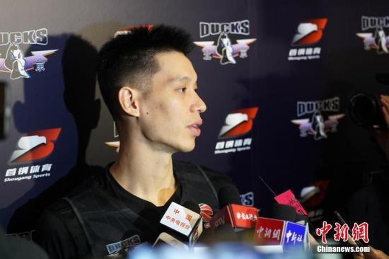 对于与上海队比赛中上半场的表现,林书豪分析说,球队打得太慢了。资料图:图为林书豪在公开课后接受媒体采访。 <a target='_blank' href='http://www.chinanews.com/'>中新社</a>记者 张兴龙 摄