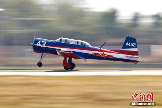 图为中国队飞机下降。 a target='_blank' href='http://www.chinanews.com/'中新社/a记者 富田 摄