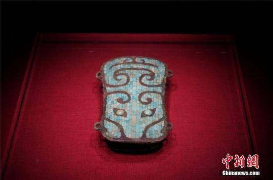 图为二里头遗址出土的兽面镶嵌绿松石铜牌饰,是目前我国发现最早最精美的镶嵌铜器,是夏代青铜文明的重要物证。 韩章云 摄