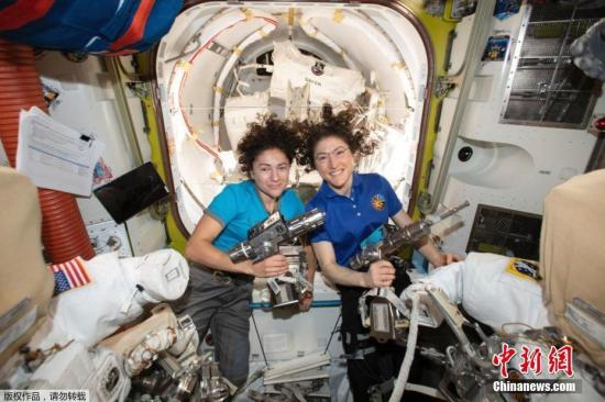 美国当地时间10月18日早上,女性宇航员克里斯蒂娜·科赫和女性宇航员杰西卡·梅尔相继走出空间站,以更换故障的电池充电器。完成人类历史上首次全女性太空行走。
