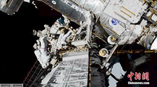 资料图:国际空间站宇航员太空行走。