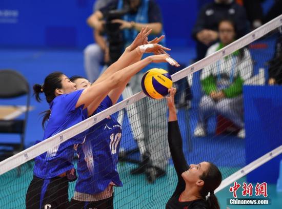 10月20日,第七届世界军人运动会女排小组赛第三轮,中国八一女排3:0(25-11/25-5/25-19)战胜加拿大女排。图为中国队(蓝)在比赛中拦防加拿大队进攻。中新社记者 侯宇 摄