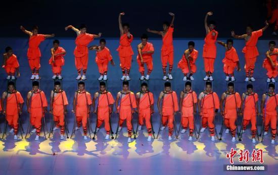 10月19日早,第十五届天下技击锦标赛正在上海落幕。图落幕式技击演出。a target='_blank' href='http://www.chinanews.com/'种孤社/a记者 汤彦俊 摄