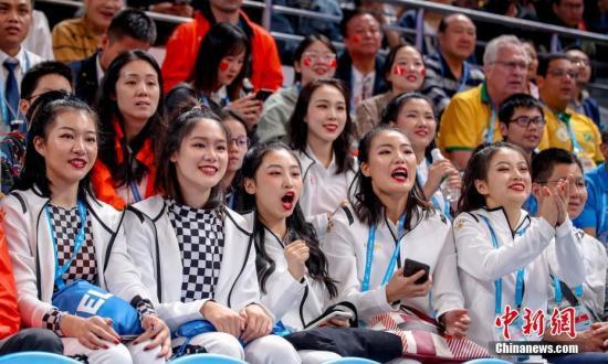 图为现场的美男球迷为中国八一男篮减油。a target='_blank' href='http://www.chinanews.com/'中新社/a记者 张畅 摄