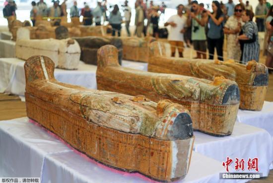 资料图:埃及考古学家在卢克索尼罗河西岸发现了30具3000年前保存完好的古代木棺,里面装有成人和儿童的木乃伊。