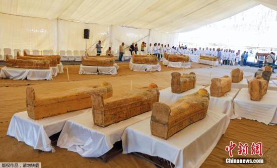 埃及古物部门当地时间10月19日举行新闻发布会称,埃及考古学家在卢克索尼罗河西岸发现了30具3000年前保存完好的古代木棺,里面装有成人和儿童的木乃伊。