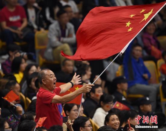 图为现场观战的球迷为中国队呐喊助威。/p中新社记者 侯宇 摄