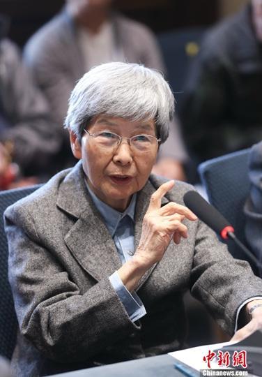 """10月20日,故宫博物院与北京大学、敦煌研究院在北京故宫博物院召开战略合作座谈会,并签署战略合作协议,启动战略合作,深入开展文物保护与研究、人才培养等工作。三方本着""""立足长远、优势互补、务求实效""""的原则,启动战略合作,北京大学充分发挥历史学系、考古文博学院、艺术学院等院系优势学科力量,故宫博物院、敦煌研究院充分利用资源优势和现有研究基础,强强联合,建立多学科、跨学科协同研究机制,充分发掘现有及潜在的物质与非物质文化遗产资源。图为敦煌研究院名誉院长樊锦诗发言。中新社记者 杜洋 摄"""