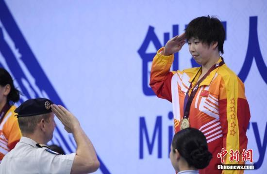 资料图:中国选手陈洁在颁奖仪式上。中新社记者 侯宇 摄