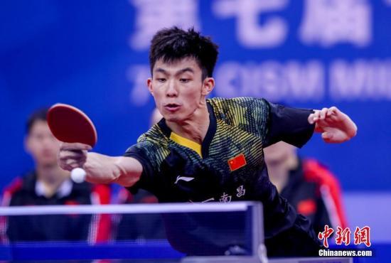 10月21日晚,第七届世界军人运动会乒乓球男子团体决赛在湖北省武汉市举行,中国队以3比1战胜朝鲜队获得乒乓球男子团体冠军。图为中国队周恺在比赛中。/p中新社记者 张畅 摄
