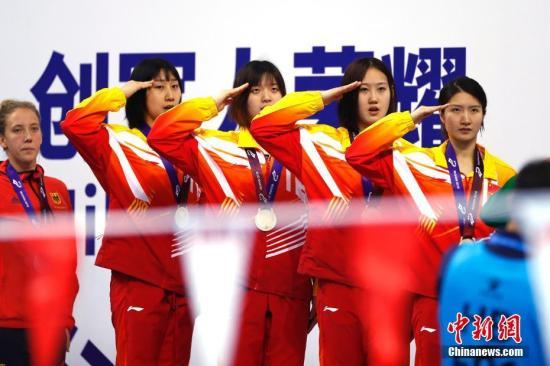 10月21日,第七届世界军人运动会水上救生女子4X25米运送假人接力决赛在武汉五环体育中心举行。由包雪怡、戴晓蝶、胡一帆、吴惠敏组成的中国队以1分19秒02摘金。中新社记者 富田 摄
