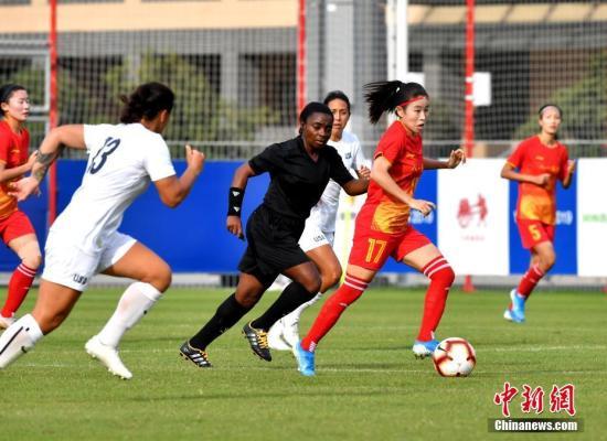 10月21日,第七届世界军人运动会女足小组赛在武汉举行。中国八一女足4:0轻取美国女足,以小组第一名的成绩晋级。/p中新社记者 安源 摄