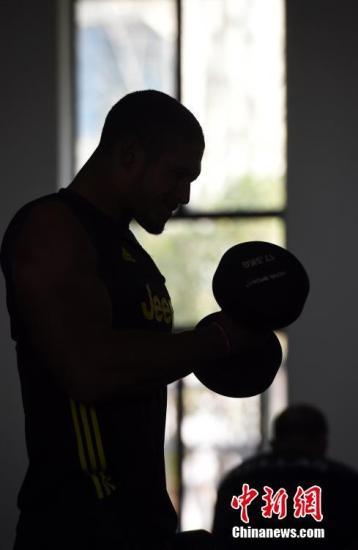 应避免高强度运动。资料图:图为一名运动员在健身房进行力量练习。<a target='_blank' href='http://www.chinanews.com/'>中新社</a>记者 侯宇 摄
