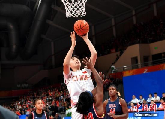 10月21日,第七届世界军人运动会女篮第三轮比赛在武汉举行。中国八一女篮以119:71击败美国队,斩获了开赛以来的三连胜。中新社记者 安源 摄