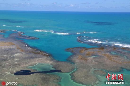 当地时间10月17日,巴西阿拉戈斯州马拉戈日,当地海域被发现漂浮着油污。9月初,大片原油出现在巴西东北部海岸上,并沿着2000公里的大西洋海岸线延伸。现已蔓延到8个州的61个市镇。图片来源:ICphoto